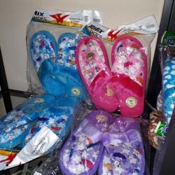 Vendo circa 70 paia di pantofole .24 paia di scarpette...