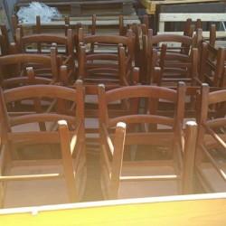 Stock Tavoli e sedie per locali in legno massello come...