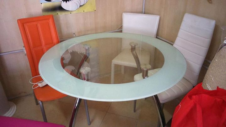 Tavolo Rotondo Vetro Acciaio.Tavolo Tondo Gambe Acciaio E Piano Di Vetro Con Bordo
