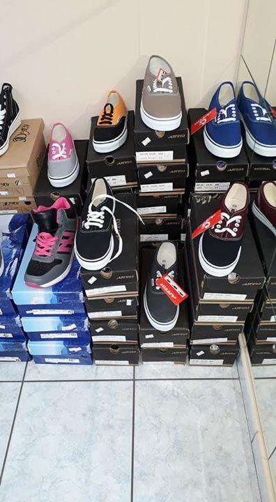 Vendo circa 500paia di scarpe euro for Vendo stock mobili
