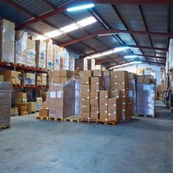 stograge-del-magazzino-con-le-scatole-impilate-nelle-file-115803216 (1)